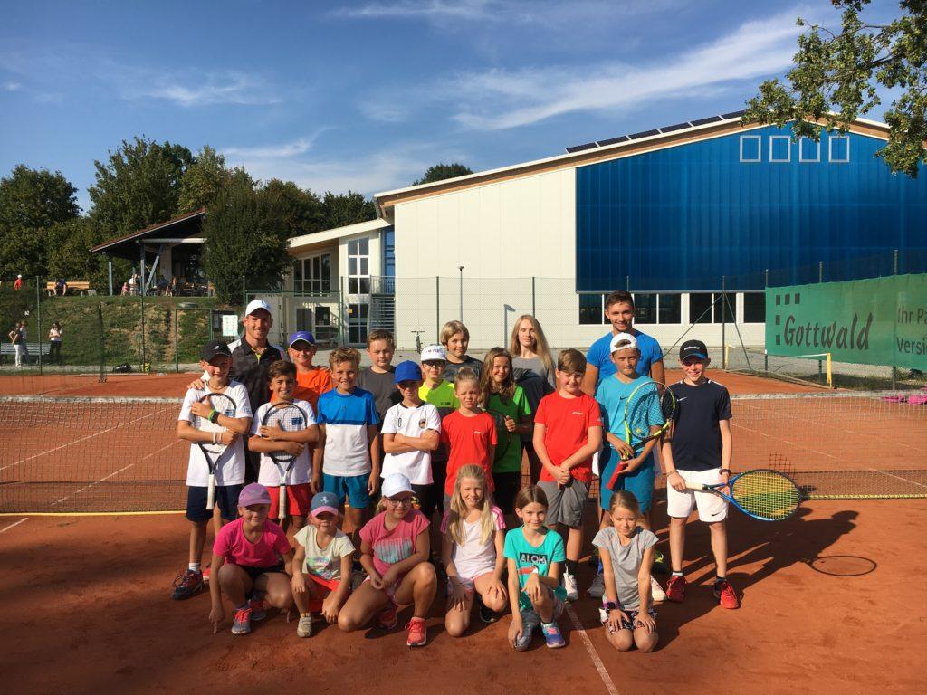 Gruppe beim Tennis